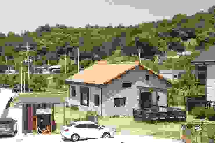 Casas modernas de 건축스튜디오 사람 Moderno