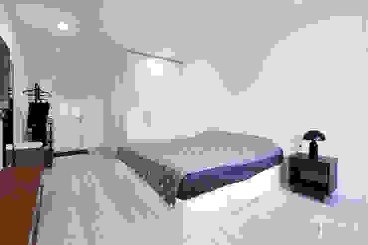 Cải tạo căn hộ tầng 7 Chung cư Ngọc Khánh:  Phòng ngủ by AOTA atelier