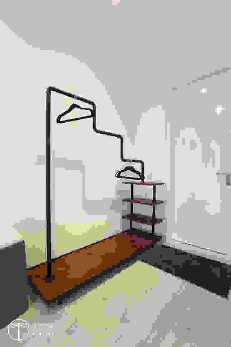 Cải tạo căn hộ tầng 7 Chung cư Ngọc Khánh Phòng thay đồ phong cách Bắc Âu bởi AOTA atelier Bắc Âu