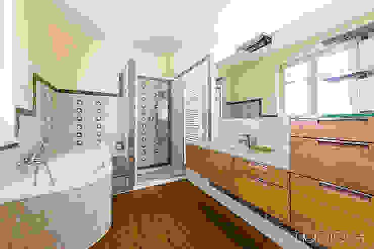 Interiors Banheiros modernos por Studio 4 Srl Moderno Mármore