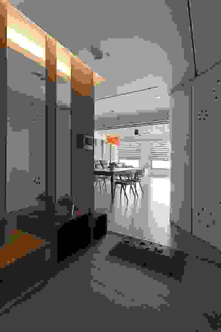 玄關 禾光室內裝修設計 ─ Her Guang Design 現代風玄關、走廊與階梯