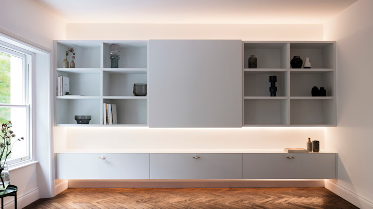 Living room - Media unit (lights on) Salas de estilo moderno de Brosh Architects Moderno Madera Acabado en madera