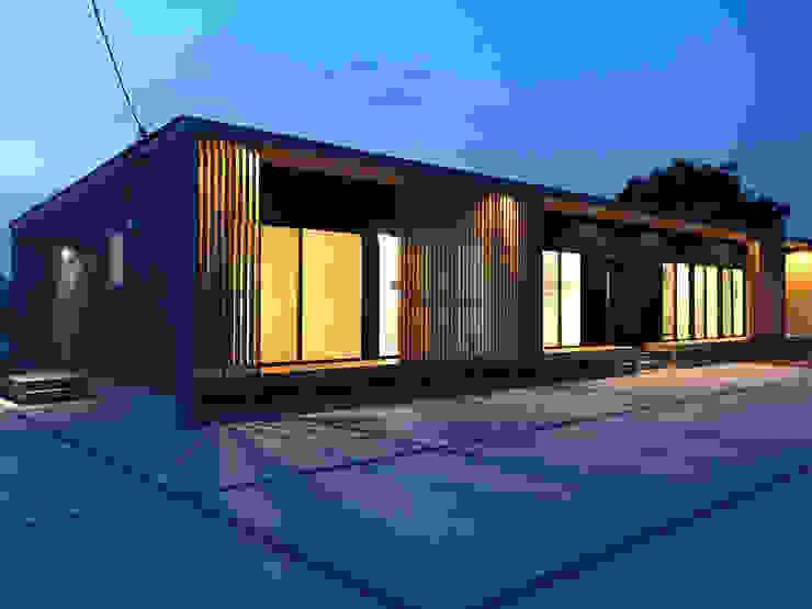 平屋の二世帯住宅のライトアップ: KAWAZOE-ARCHITECTSが手掛けた家です。