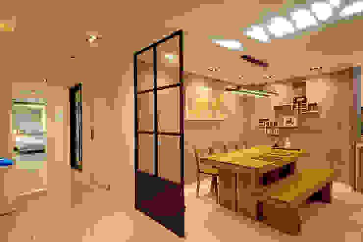 Modern Dining Room by (주)더블유디자인 Modern