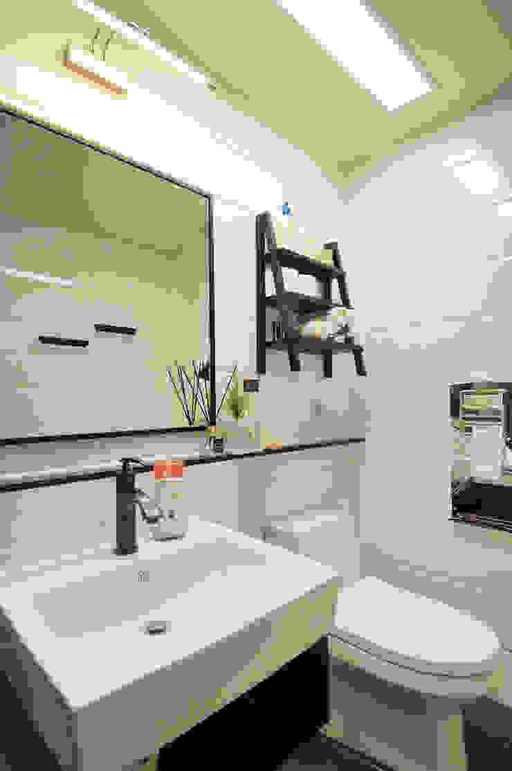 Modern Bathroom by (주)더블유디자인 Modern