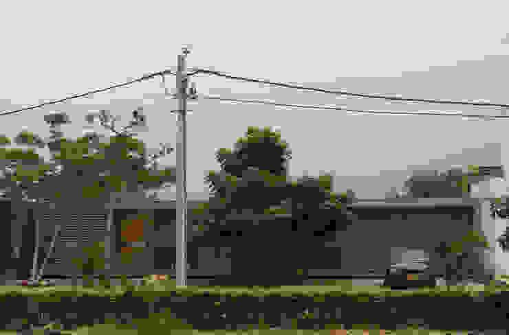 Casa Entre Patios: Casas campestres de estilo  por XXStudio, Minimalista Concreto