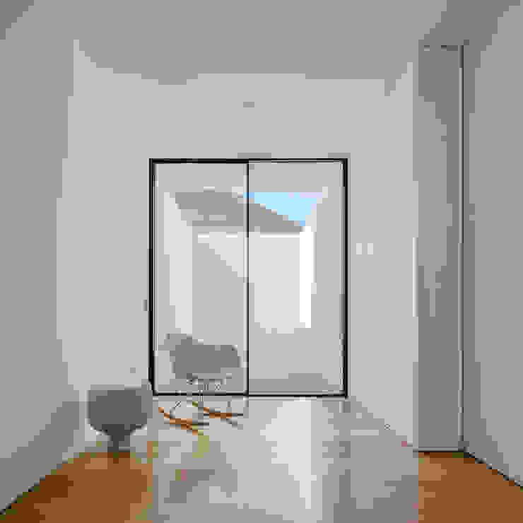 Couloir, entrée, escaliers minimalistes par Raulino Silva Arquitecto Unip. Lda Minimaliste Bois Effet bois