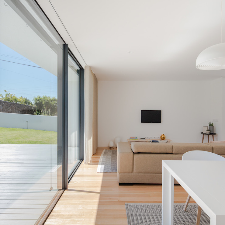 Salon minimaliste par Raulino Silva Arquitecto Unip. Lda Minimaliste Bois massif Multicolore