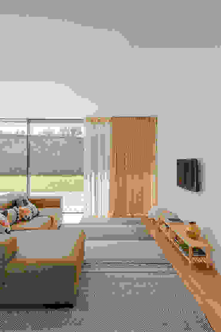 Salon minimaliste par Raulino Silva Arquitecto Unip. Lda Minimaliste Bois Effet bois