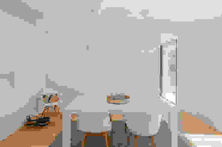 Salle à manger minimaliste par Raulino Silva Arquitecto Unip. Lda Minimaliste Bois Effet bois