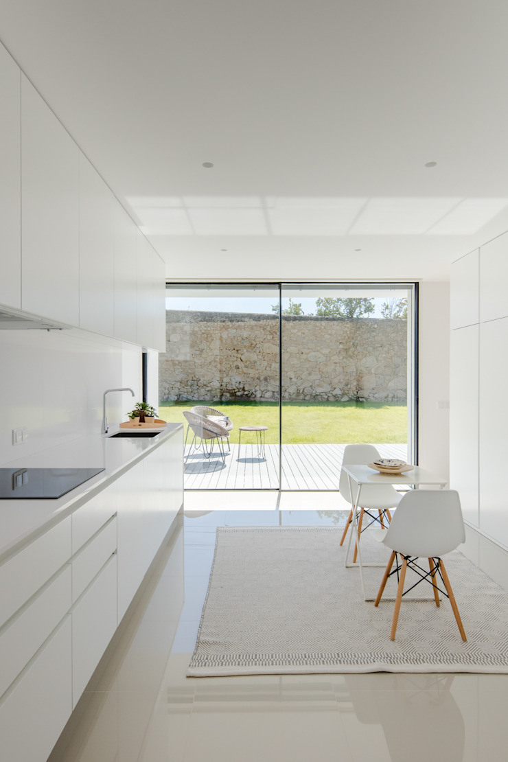 Cuisine minimaliste par Raulino Silva Arquitecto Unip. Lda Minimaliste Verre