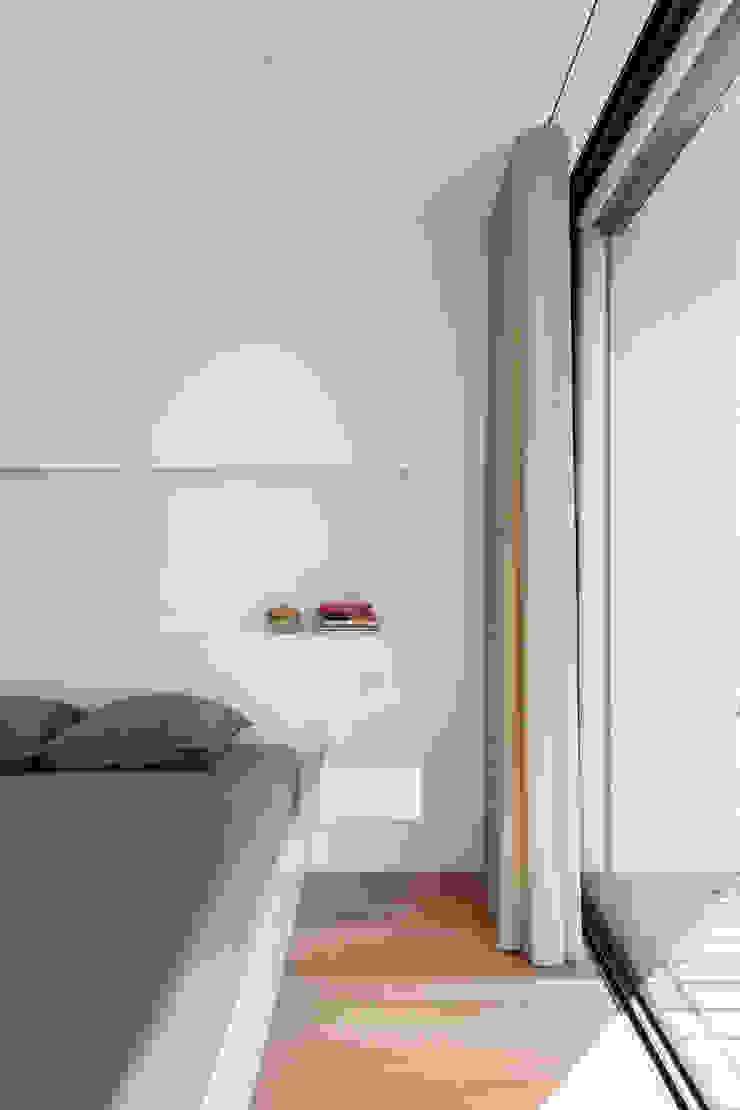 Chambre minimaliste par Raulino Silva Arquitecto Unip. Lda Minimaliste Bois d'ingénierie Transparent