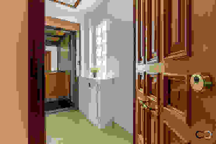 ACCESO Pasillos, vestíbulos y escaleras de estilo moderno de CCVO Design and Staging Moderno