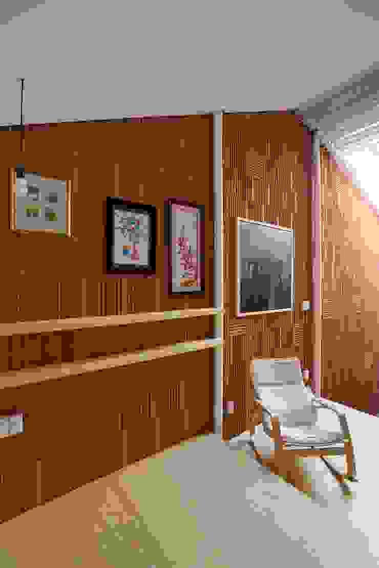 3x9 house Tường & sàn phong cách hiện đại bởi a21studĩo Hiện đại
