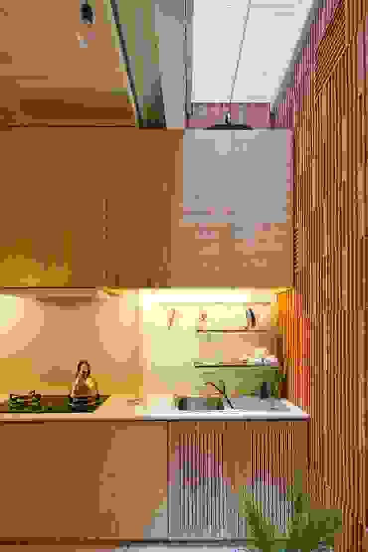 3x9 house Nhà bếp phong cách hiện đại bởi a21studĩo Hiện đại