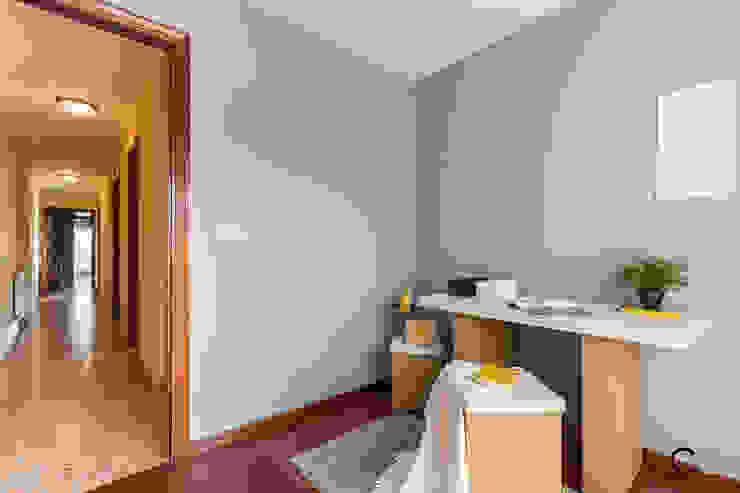 DESPACHO Oficinas de estilo moderno de CCVO Design and Staging Moderno