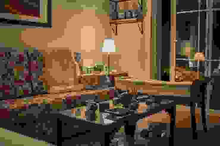 Apartamento Condado de Homelland - Gramado Salas de estar campestres por Luiza Goulart Arquiteta Campestre Madeira Efeito de madeira