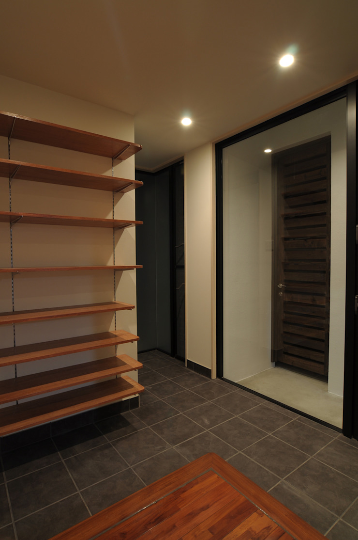 hacototo design room Modern Corridor, Hallway and Staircase Stone Black