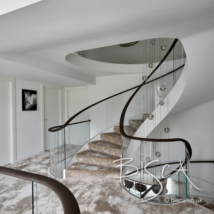 Multi-flight, Multi-Texture, Helical Stairs Design bởi Bisca Staircases Hiện đại Sắt / thép