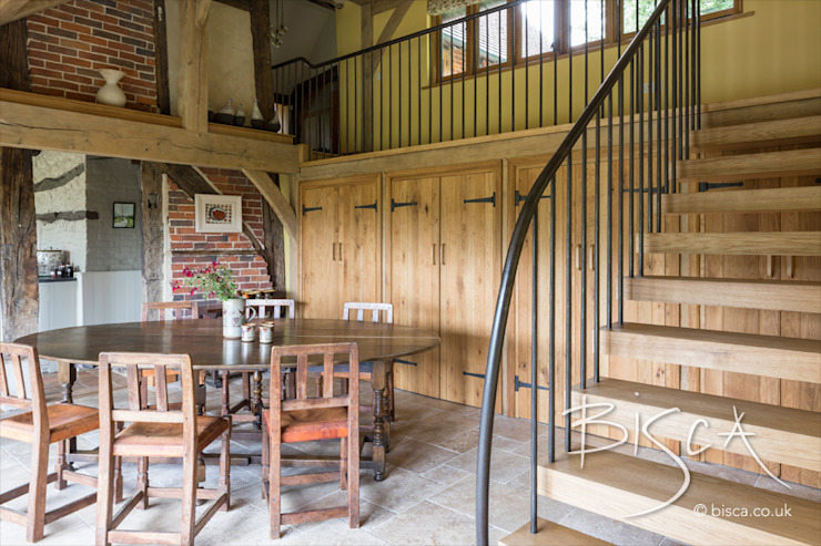 Staircase for Elizabethan timber framed property โดย Bisca Staircases ชนบทฝรั่ง ไม้ Wood effect
