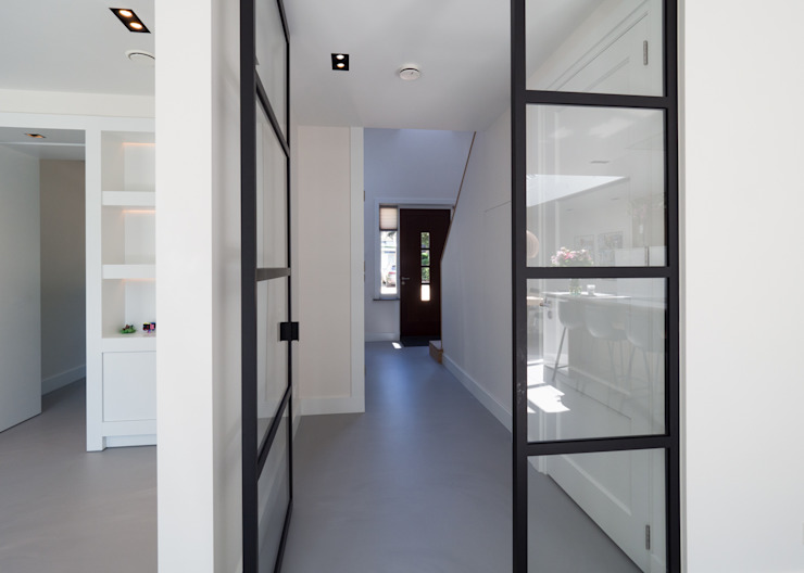 Modern Corridor, Hallway and Staircase by By Lilian Modern