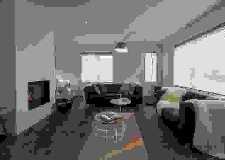 Modern & sfeervol interieur in vrijstaande woning Moderne woonkamers van By Lilian Modern Glas