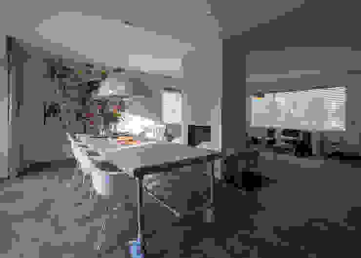 Modern & sfeervol interieur in vrijstaande woning Moderne eetkamers van By Lilian Modern Beton