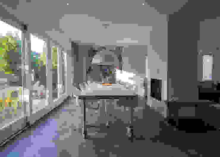Modern & sfeervol interieur in vrijstaande woning Moderne eetkamers van By Lilian Modern Hout Hout