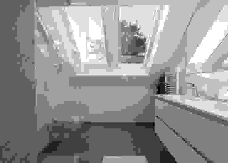 Modern & sfeervol interieur in vrijstaande woning Moderne badkamers van By Lilian Modern Kunststof