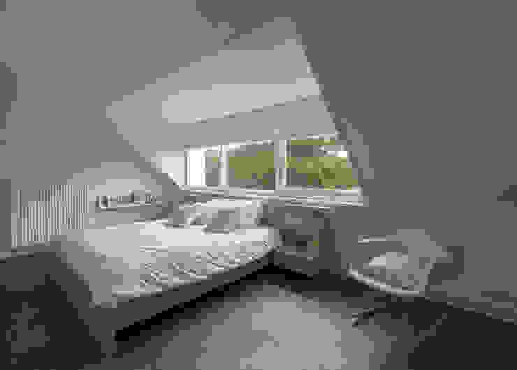 Modern & sfeervol interieur in vrijstaande woning Moderne slaapkamers van By Lilian Modern Hout Hout