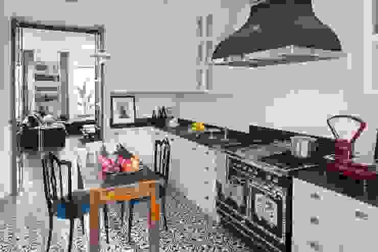 Cocinas integrales de estilo  de Costa Zanibelli associati,