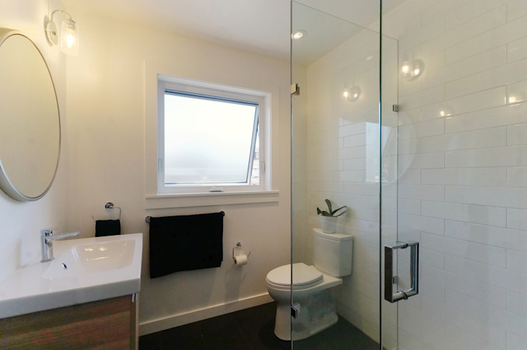Oakwood Village House - Master Bathroom Solares Architecture Eclectic style bathroom Wood White