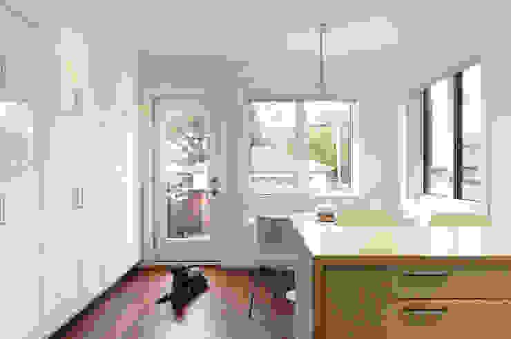 Oakwood Village House - Kitchen Solares Architecture Eclectic style kitchen Quartz White