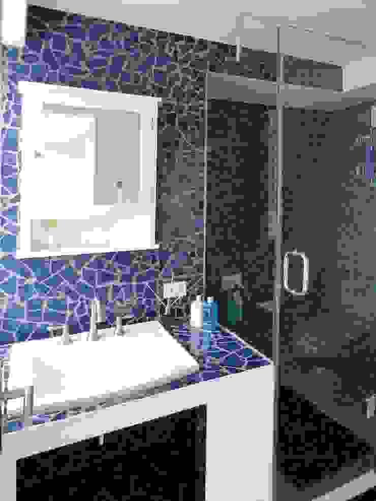 Apartamento de Playa RRA Arquitectura Baños de estilo minimalista Cerámico Azul