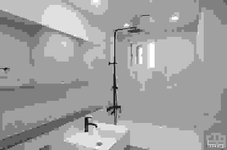 Minimalist bathroom by 홍예디자인 Minimalist