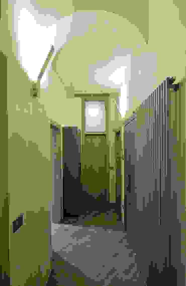 Appartamento in centro storico <q>Lui</q> Ingresso, Corridoio & Scale in stile moderno di Studio di Architettura IATTONI Moderno