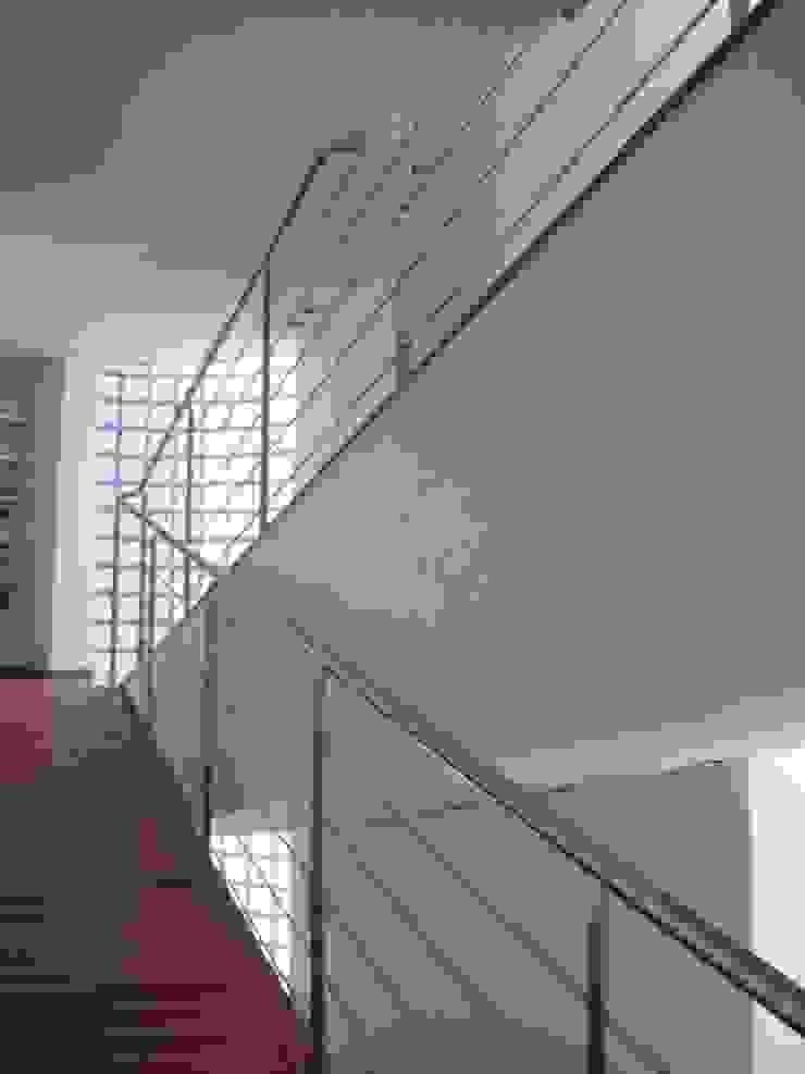 VIVIENDA UNIFAMILIAR EN TORRE GUIL, MURCIA Pasillos, vestíbulos y escaleras de estilo moderno de ARQUITECTO VIVIENDAS UNIFAMILIARES EN MURCIA Moderno
