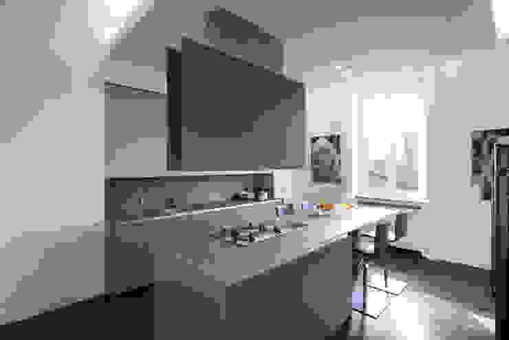Nhà bếp phong cách tối giản bởi Costa Zanibelli associati Tối giản Gỗ Wood effect