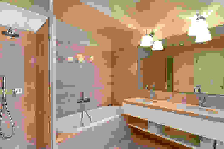 bagno Bagno moderno di Costa Zanibelli associati Moderno Marmo