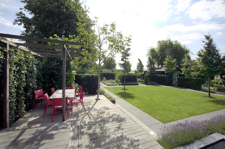 Mooie privé tuin met waterpartij Moderne tuinen van Groengroep b.v. Modern