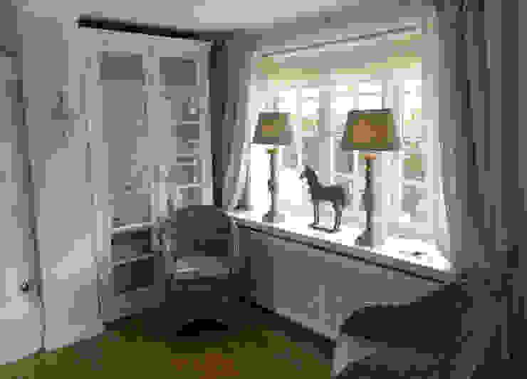 Vorhänge, Rollos und Lampen in Harmonie ... Charme de Provence Wohnzimmer im Landhausstil