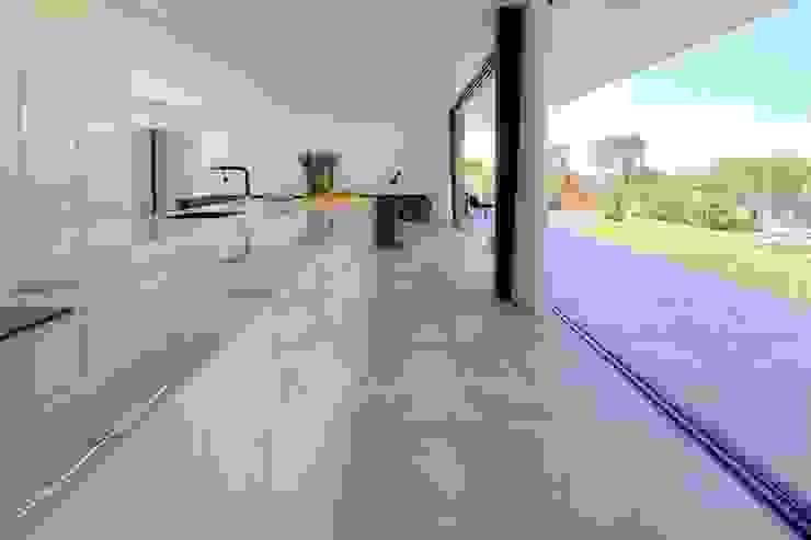 Modern kitchen by Moderestilo - Cozinhas e equipamentos Lda Modern