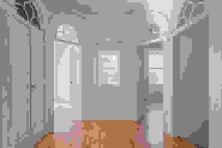 Couloir, entrée, escaliers classiques par NVE engenharias, S.A. Classique