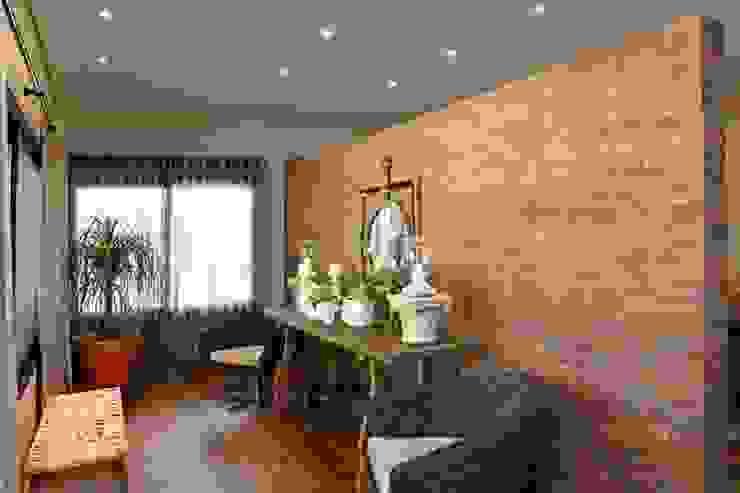 Célia Orlandi por Ato em Arte Rustic style corridor, hallway & stairs Bricks Brown