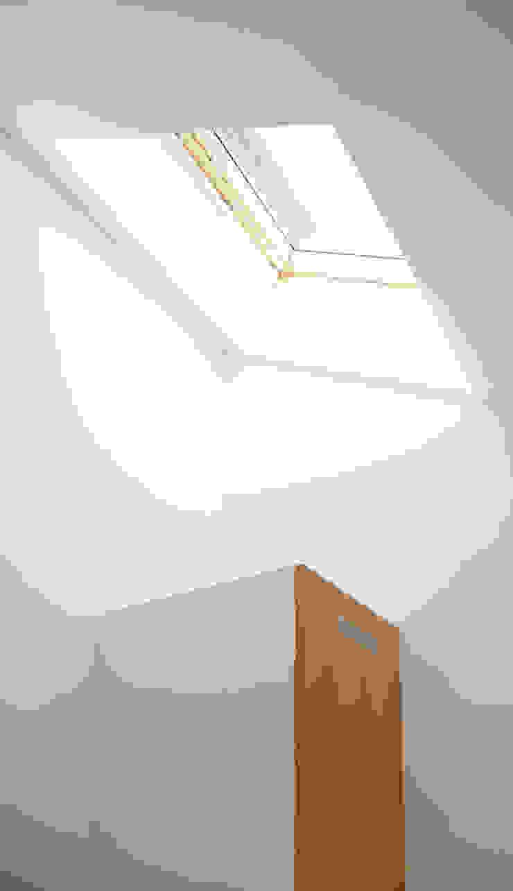 Minimalist dressing room by Lüd studio d'architecture Minimalist Wood Wood effect