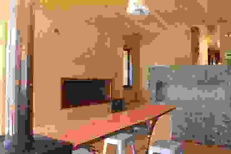 Casa de Fardos Comedores de estilo rústico de Kimche Arquitectos Rústico Madera Acabado en madera