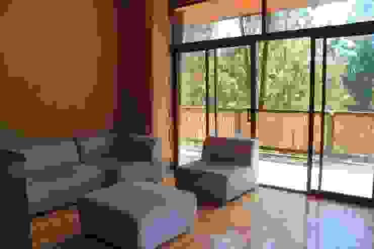 CASA DE FARDOS, FUNDO MILLACO, PICHILEMU Livings de estilo rústico de KIMCHE ARQUITECTOS Rústico Madera Acabado en madera