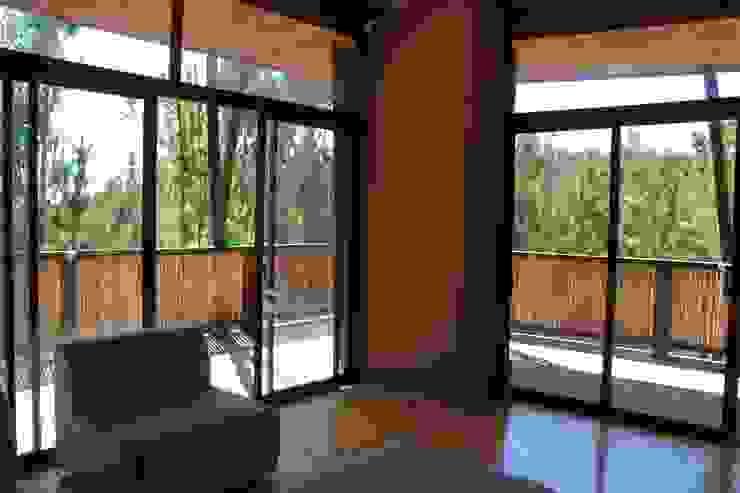 Casa de Fardos Livings de estilo rústico de Kimche Arquitectos Rústico Madera Acabado en madera
