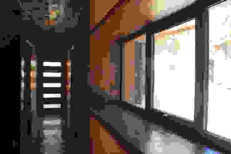 Casa de Fardos Pasillos, halls y escaleras rústicos de Kimche Arquitectos Rústico Madera Acabado en madera