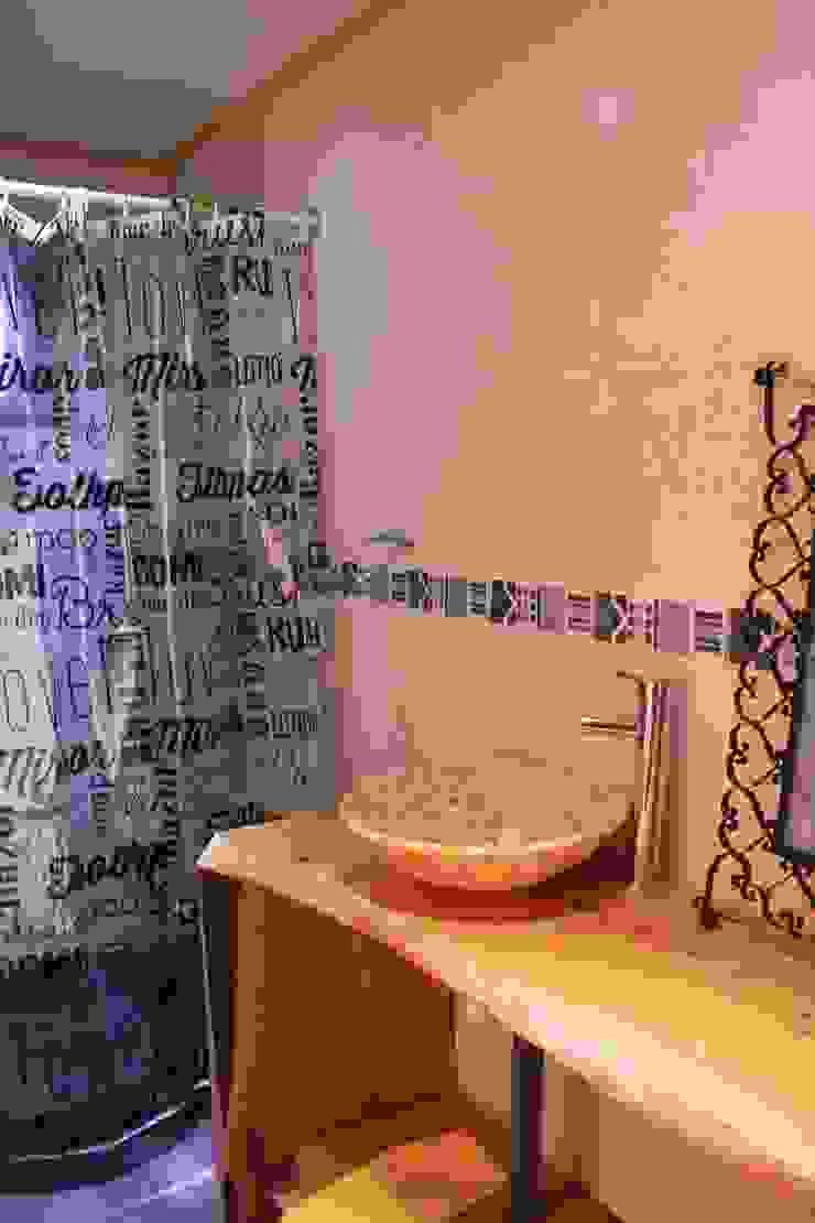 Casa de Fardos Baños de estilo rústico de Kimche Arquitectos Rústico Cerámico